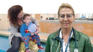 דר' עדי קליין מנהלת מחלקת ילדים של המרכז הרפואי הלל יפה, ברקע: סלין פוגל לוי ובנה בן ה-4 לירוי לאחר ששתה בביתו חומר ניקוי חריף | עיבוד: שולי סונגו