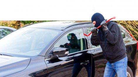 פורץ בפעולה לשדוד משהו מתוך מכונית,אילוסטרציה | עיבוד צילום: שולי סונגו
