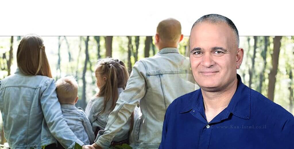 מזכל תנועת המושבים ויושב ראש התאחדות חקלאי ישראל מר מאיר צור ברקע משפחה בנופש | עיבוד צילום: שולי סונגו