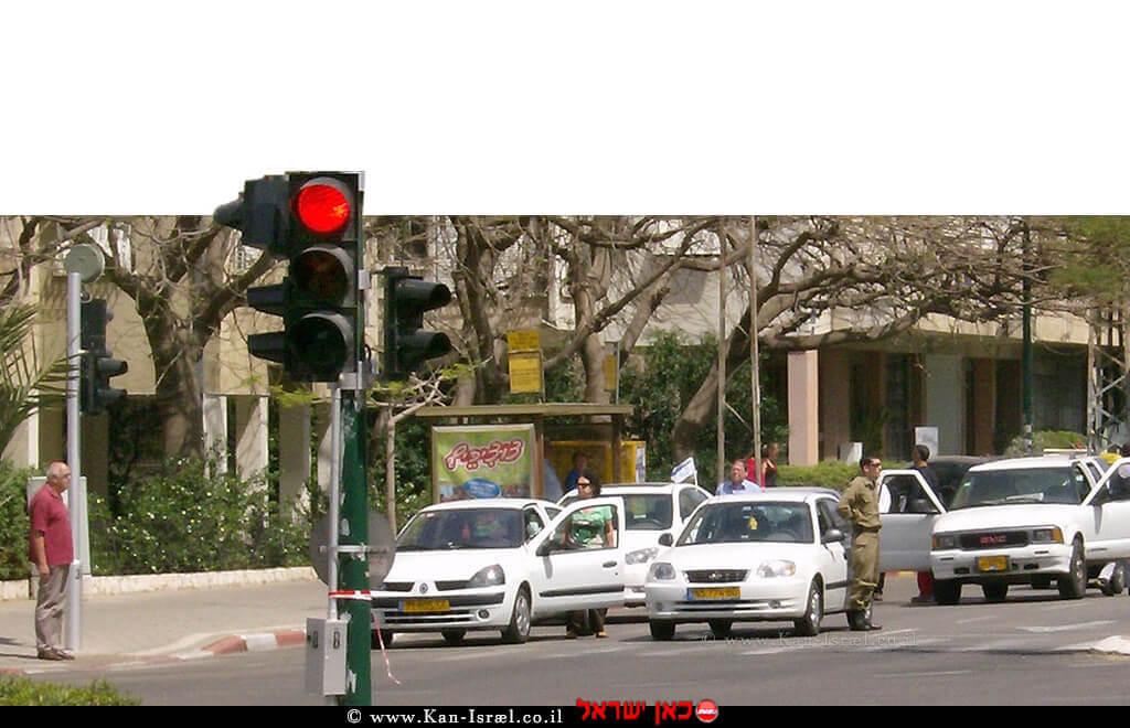 נהגים בתל אביב עומדים דום לצד מכוניותיהם בעת צפירה ביום הזיכרון לְחלְלי מערְכות ישראל וּלְנפגְעי פעולות האיבה | צילום: ויקיפדיה