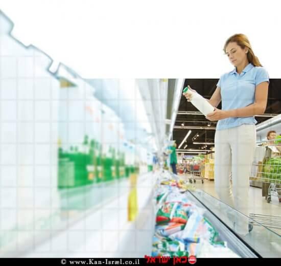 אישה רוכשת מוצרי חלב בסופרמרקט  עיבוד צילום: שולי סונגו ©