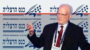 עמוס גלעד אלוף בדימוס בצהל, לשעבר במערכת הביטחון הישראלית ברקע כנס הרצליה |עיבוד צילום: שולי סונגו ©