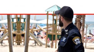שוטר אגף שיטור אבטחה וקהילה של משטרת ישראל בחוף הרחצה | צילום: משטרת ישראל | עיבוד צילום: שולי סונגו ©