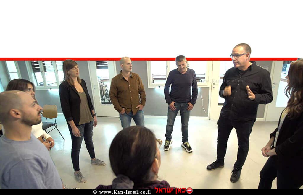 העיתונאית רינת ספיבק ודר' אייל דורון, עם משתתפי הסדרה 'המוח – מדריך למשתמש' שתשודר בערוץ 11 |עיבוד צילום: שולי סונגו ©