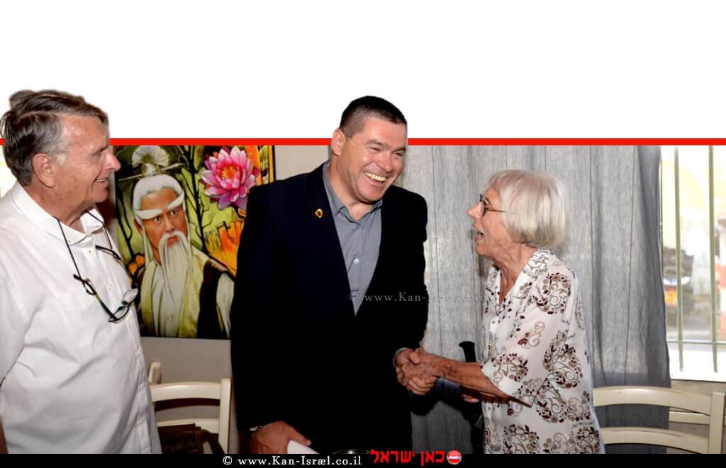 ראש העיר צפת, שוקי אוחנה לוחץ את ידה של השופטת בדימוס דליה דורנר, משמאל: מנכל מועצת העיתונות, מוטי רוזנבלום | צילום: יוני לובלינר | עיבוד צילום: שולי סונגו ©