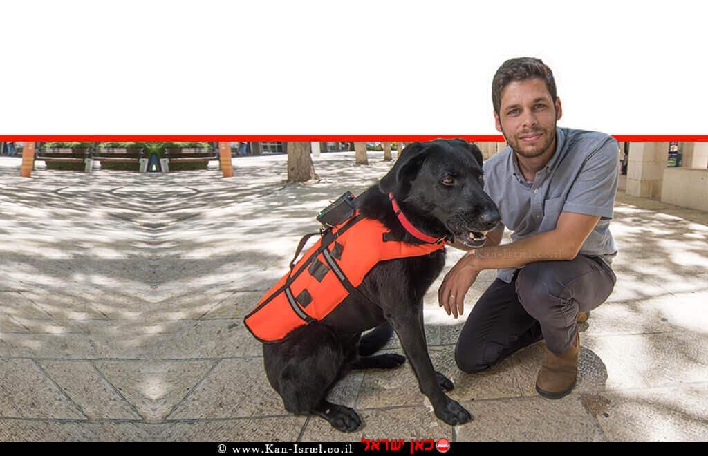 כלב לבוש האפוד המשופר, באמצעותו ניתן לאמן את הכלב לשבת, לשכב, לשוב למאלף או להביא אובייקט בהתאם לרטט | צילום: יונתן עטרי, יחסי ציבור.