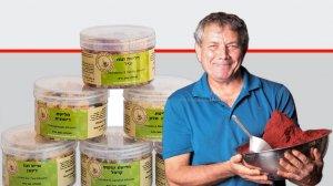אבי ציטרשפילר ברקע: סדרת חליטות קיץ של חוות דרך התבלינים | צילום: רמי זרנגר | הדס ניצן | עיבוד צילום: שולי סונגו ©