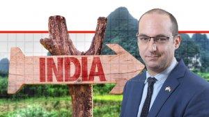 ברק גרנות הנספח הכלכלי של משרד הכלכלה והתעשייה של ישראל ב-ניו דלהי ברקע שלט הכיוון הודו | צילום: גדעון שרון |עיבוד צילום: משה נעים ©