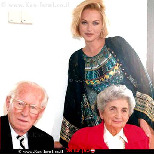 """מייסדי """"גוטקס"""" לאה גוטליב וארמין עם הדוגמנית גלית גוטמן (1991)  עיבוד צילום: שולי סונגו ©"""