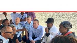 השר לביטחון פנים חבר כנסת גלעד ארדן בביקור ניחום במשפחת סלומון טקה הצעיר ממוצא אתיופי שנהרג בקריית חיים על ידי שוטר | צילום: ערוץ 11 | עיבוד שולי סונגו