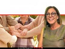 תמי ברששת יושב ראש ארגון מנהלי הרווחה ברשויות המקומיות בישראל | רקע: אנשים שמים ידיים יחד כסמל של אחדות |עיבוד צילום: שולי סונגו ©