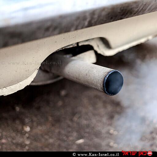 פליטת עשן לבן ומזהם מאגזוז רכב   עיבוד צילום: שולי סונגו ©