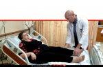 דר' ירון ברקוביץ, מנהל מחלקה אורתופדית ב', הלל יפה, בודק את הגב' לובה קושלין בטרם ביצוע הניתוח | עיבוד צילום ממחושב: שולי סונגו©