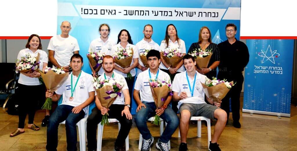 נבחרת ישראל ב'מדעי המחשב' ששבה לישראל מ'האולימפיאדה הבינלאומית במדעי המחשב - אזרבייז'ן'   צילום: מרכז מדעני העתיד   עיבוד צילום ממחושב: שולי סונגו©