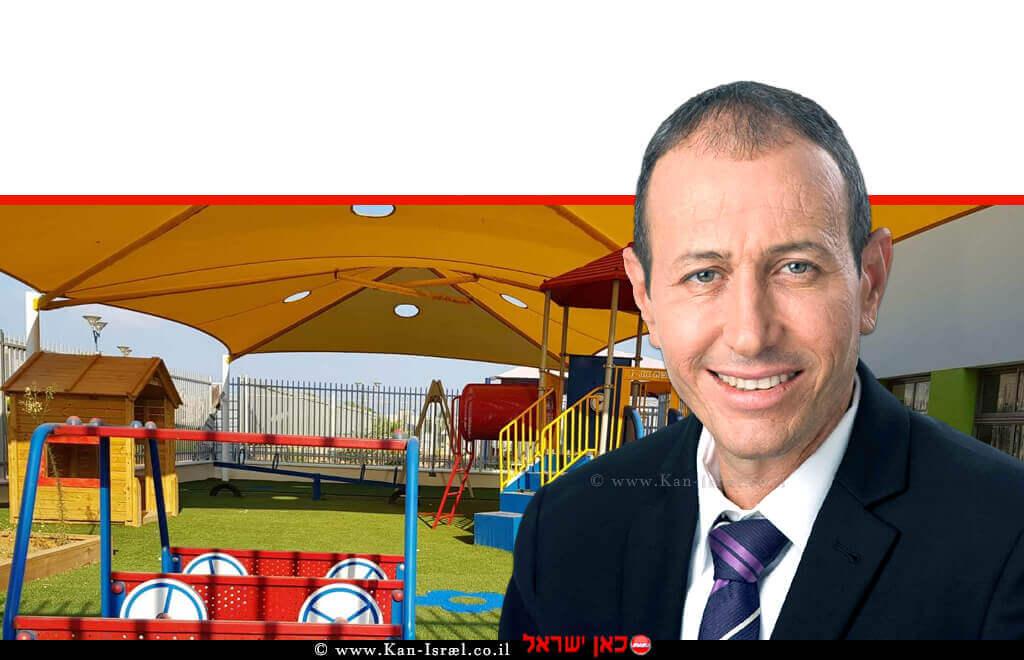 שמעון לנקרי ראש עיריית עכו | רקע: גן ילדים חדש לרגל שנת הלימודים החדשה | עיבוד צילום ממחושב: שולי סונגו©