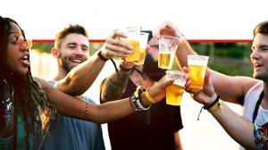צעירים חוגגים בשתיית בירה | עיבוד צילום: שולי סונגו