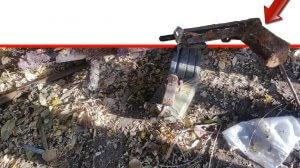 כלי נשק מיושן ומחסנית מלאה בכדורי רובה שילדה גילתה בעת ששיחקה ב-'גן התות' גינה קהילתית בשכונת נוה אליעזר ב-חדרה | עיבוד צילום ממחושב: שולי סונגו©