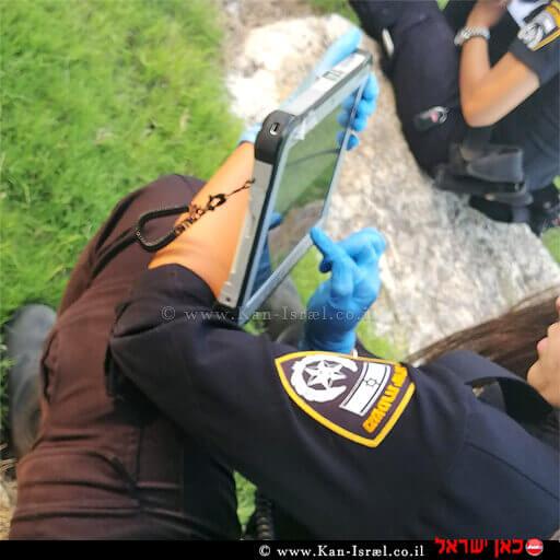 שוטרות משטרת חדרה אוספות מידע מזירת מציאת כלי הנשק הישן ב'גן התות' גינה קהילתית בשכונת נוה אליעזר בעיר חדרה | עיבוד צילום ממחושב: שולי סונגו©