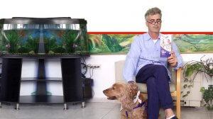 גבר ממתין במרפאה לאבחון סרטן הערמונית עם חוברת המופצת - ללא תשלום המחלה | צילום: האגודה למלחמה בסרטן | עיבוד צילום ממחושב: שולי סונגו©
