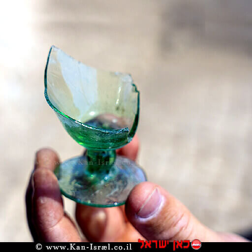 כוס זכוכית שנמצאה המשמשת עדות לתעשיית הזכוכית באתר העתיקות אושה | צילום: אסף פרץ רשות העתיקות | עיבוד ממחושב: שולי סונגו©