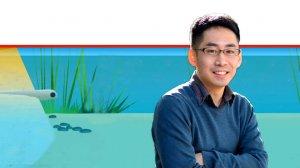 דר' טקאשי קאוואשימה מדען מוח במכון ויצמן למדע ברקע: דג הניסוי | צילום: מכון ויצמן | עיבוד ממחושב: שולי סונגו©