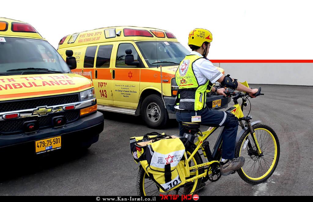 רוכב אופניים חשמליים, אמבולנס אמבולנס טיפול נמרץ של צוותי מגן דוד אדום | צילום: דוברות מדא | עיבוד צילום ממחושב: שולי סונגו©