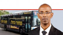עורך דין אווקה זנה, ראש היחידה הממשלתית לתיאום המאבק בגזענות ברקע אוטובוס של דן – חברה לתחבורה ציבורית | צילום: ויקיפדיה | עיבוד ממחושב: שולי סונגו©