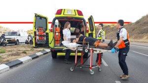 צוות מדא, מפנה פצוע בתאונת דרכים | צילום: דובר מדא | עיבוד ממחושב: שולי סונגו©