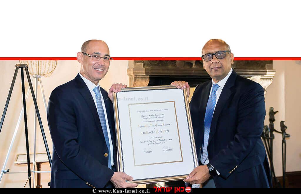 פרופ' אמיר ירון, נגיד בנק ישראל, יחד עם החוקר פרופ' ראבי בנסל מאוניברסיטת דיוק, זוכי פרס סטיבן רוס בסך 100,000 $ | צילום: Maureen Sargent | עיבוד ממחושב: שולי סונגו©