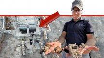 יאיר עמיצור מנהל החפירה מטעם רשות העתיקות עם הפטיש והמסמרים | רקע: אתר אושה העתיקה | צילום: אסף פרץ רשות העתיקות | עיבוד ממחושב: שולי סונגו©