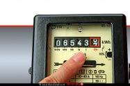 מונה חשמל המודד את צריכת זרם החשמל של צרכן חשמל ביתי   עיבוד ממחושב: שולי סונגו©