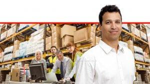 דדי מלאך, סמנכל התפעול של Intentia, ברקע: עובדים בעמדת מחשב בתוך מחסן לצרכני מוצרים 'און ליין' | עיבוד ממחושב: שולי סונגו©