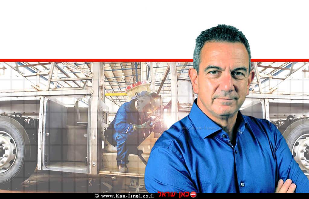 דר' רון תומר, המועמד לנשיאות התאחדות התעשיינים ברקע אוטובוס עובר הרכבה ושיפוץ| צילום: הילה תומר | צילום: דף פייסבוק מרכבים - טכנולוגיות תחבורה | עיבוד ממחושב: שולי סונגו©
