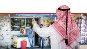 מוסלמי מצביע באצבע ברקע: שני גברים עומדים בסופרמרקט מכולת באזור העיר העתיקה של בירושלים | עיבוד ממחושב: שולי סונגו©