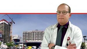 דר' עידו פלדור מ'רמבם' מזכיר האיגוד הנוירוכירורגי העולמי ברקע: בית חולים רמבם| צילום: פיוטר פליטר | עיבוד: שולי סונגו©