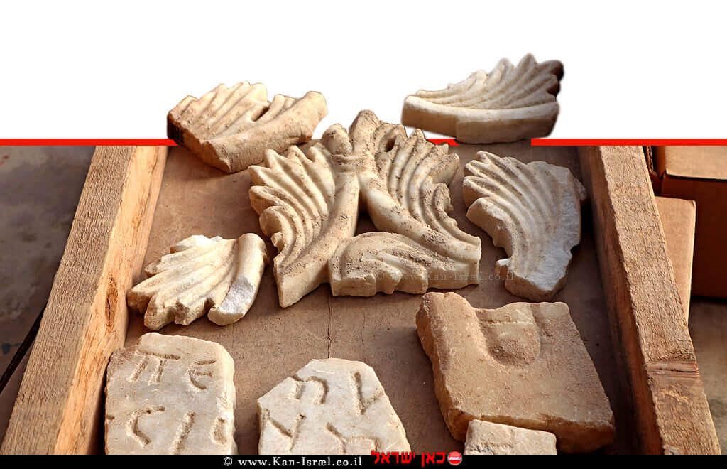 פריטי שיש מהכנסייה הביזנטית שפעלה ונתגלו בחפירה ארכיאולוגית בדרום אשקלון | צילום: ענת רסיוק | עיבוד ממחושב: שולי סונגו©