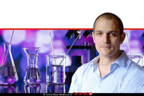 פרופ' יצחק מזרחי חבר במחלקה למדעי החיים של אוניברסיטת בן-גוריון בנגב | ברקע: מבחנות לבדיקה | צילום: דני מכליס | עיבוד ממחושב: שולי סונגו©