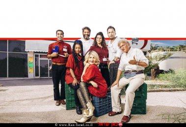 משתתפי הסדרה 'קופה ראשית' מועמדת השנה ל'פרס אמי' קומדיית מצבים ישראלית של 'ערוץ כאן 11' | צילום: מיכה לובטון | עיבוד ממחושב: שולי סונגו©