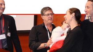 משפחת לידסקי עם הילדה קרני על במת הכנסים ב-רמבם עם הרופאים שהצילו את חייה | צילום: פיוטר פליטר, הקריה הרפואית רמבם |עיבוד ממחושב: שולי סונגו©
