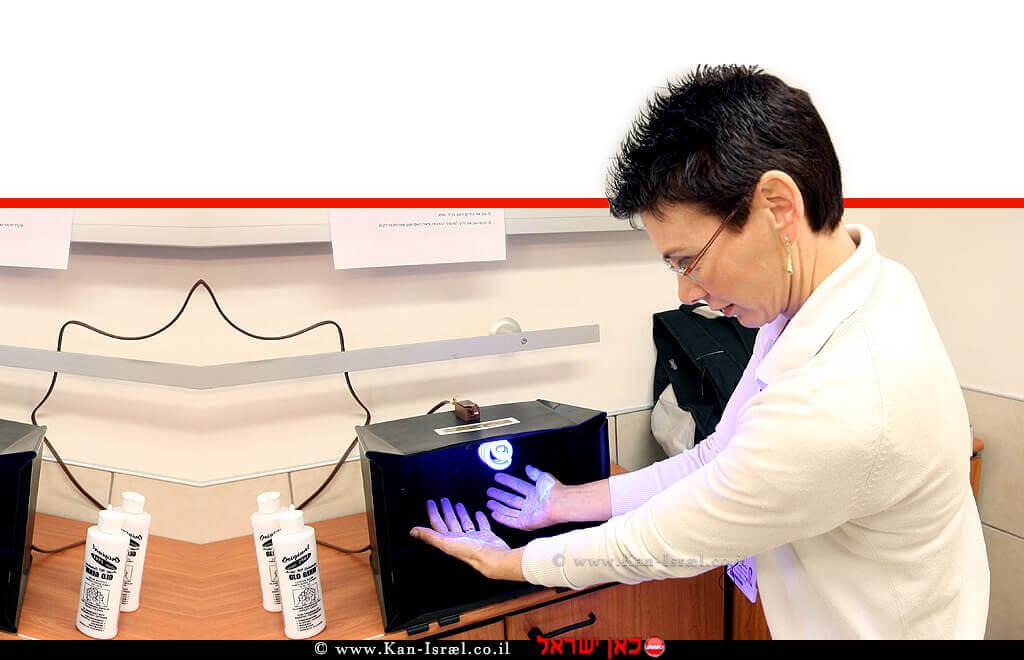 אשת צוות יחידת הזיהומים בבית החולים רמבם בפעולה למניעת זיהומים | צילום: פיוטר פליטר | עיבוד ממחושב: שולי סונגו©