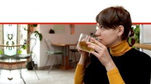 אישה לוגמת תה ירוק, המחסן מפני סרטן הדם והלימפה |עיבוד ממחושב: שולי סונגו©