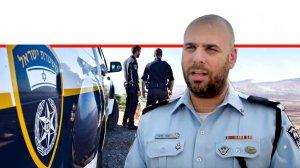 רב פקד תומר פיצ'י ראש צוות החקירה המיוחד במשטרת מרחב העמקים ברקע שוטרים וניידת משטרה | עיבוד ממחושב: שולי סונגו©