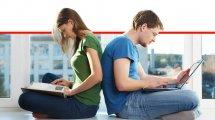 זוג צעיר וחכם עובדים במחשב נייד מן הבית במחשב | עיבוד צילום ממחושב: שולי סונגו©