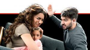 אלימות במשפחה גבר מכה את בת זוגו המחזיקה בבתם | עיבוד צילום ממחושב: שולי סונגו©
