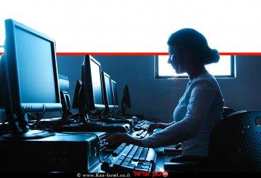 הדמייה של צללית של אישה מקלידה על מחשב | עיבוד צילום ממחושב: שולי סונגו©