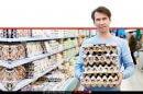 צרכן רוכש ביצים בסופרמרקט | עיבוד צילום ממחושב: שולי סונגו©