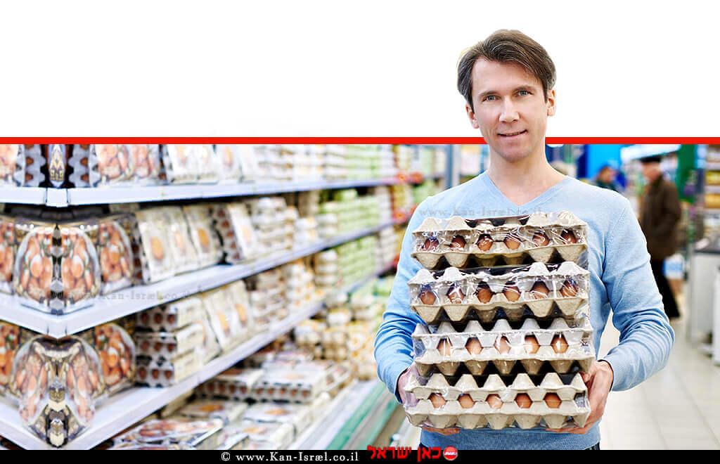 צרכן רוכש ביצים בסופרמרקט | מחירי הביצים לצרכן, מתייקרים לאחר 7 שנים ב-6.5% | עיבוד צילום ממחושב: שולי סונגו©