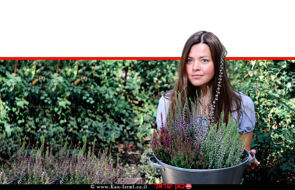 צעירה עם אוסף צמחי גן ירק, תבלין ועשבי תיבול מן הגינה | עיבוד צילום ממחושב: שולי סונגו©