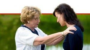 אישה מבוגרת תומכת באישה צעירה ממנה על אובדן | עיבוד צילום: שולי סונגו ©