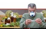 גבר במסיכה כמגן מוירוס הקורונה מוירוס קורונה | Covid-19, בוחן בהקפדה את מעלות החום ברקע: תכשירי הומאופתיה/נטורופתיה | עיבוד צילום ממחושב: שולי סונגו©
